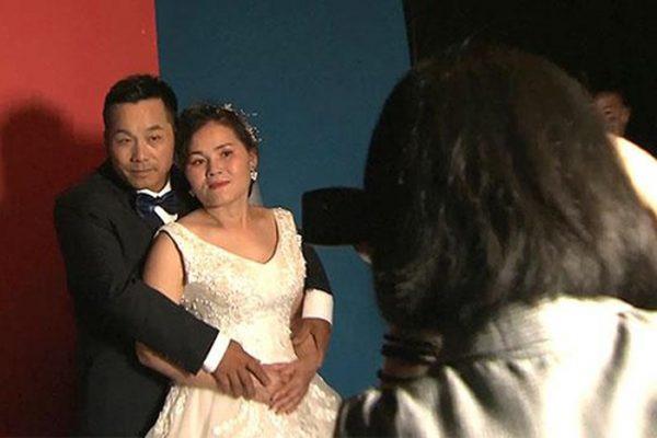 Yang Junhua và vợ Yin Shujiao có bức ảnh cưới đầu tiên sau 25 năm