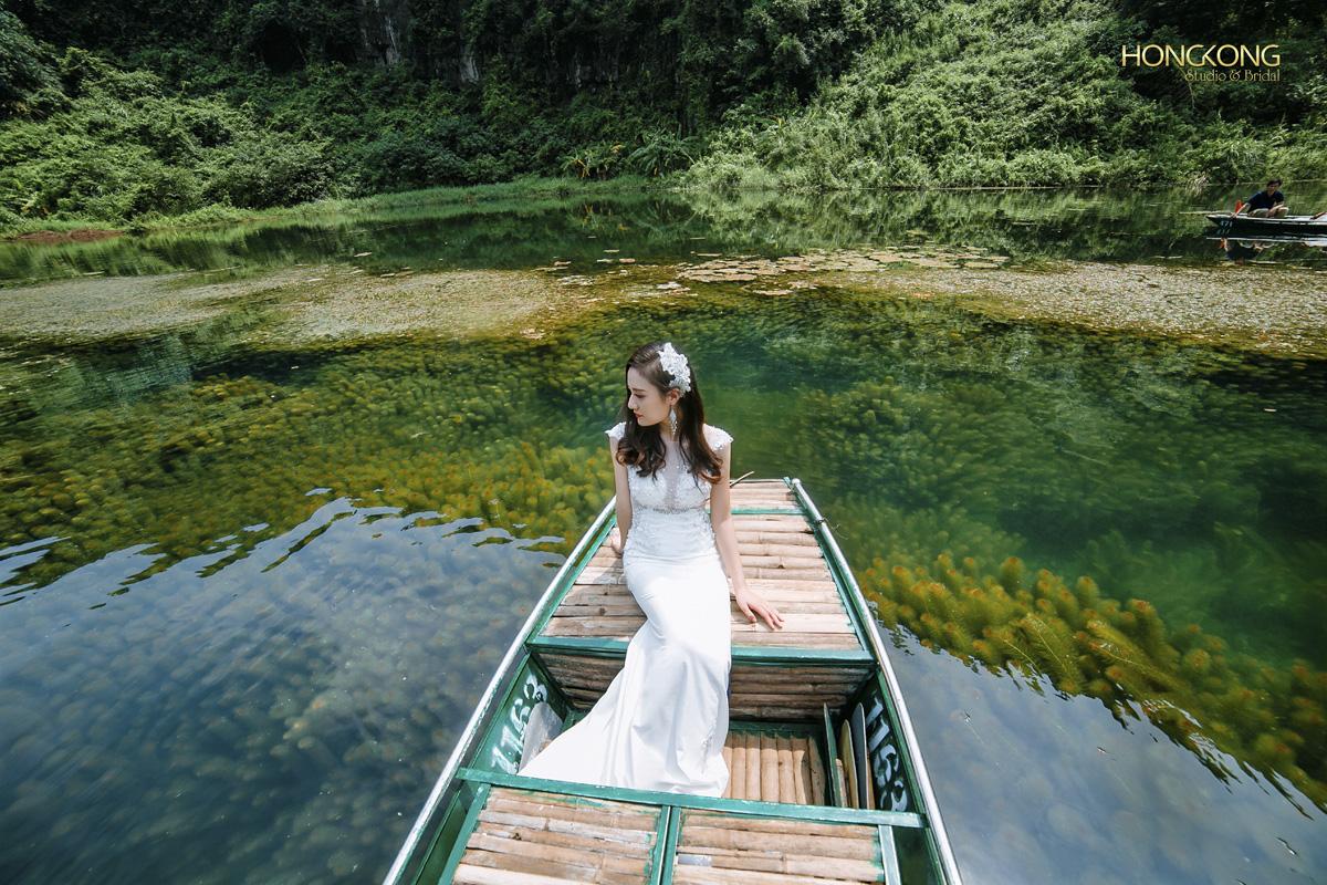 Ảnh 12 Đặc biệt ở Tràng An phủ dưới làn nước là một thảm rong rêu tuyệt đẹp và xanh mướt vươn lên sát mặt nước