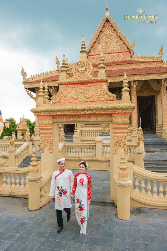 Ảnh: Cô dâu và chú rể sánh bước cùng nhau tại chùa Chàm