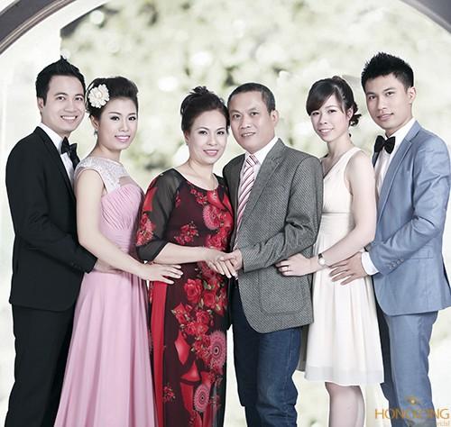 Ảnh chụp gia đình trong studio do HongKong Studio thực hiện
